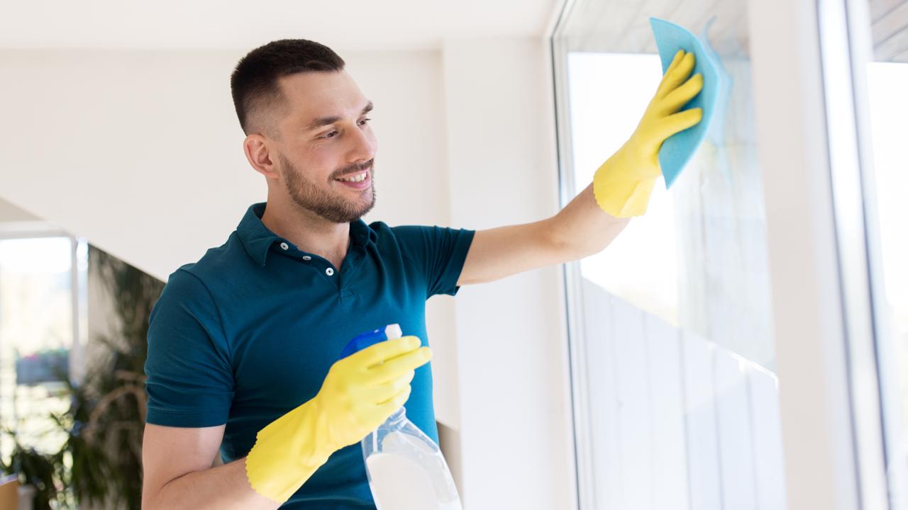 Άνδρας καθαρίζει το Παράθυρο