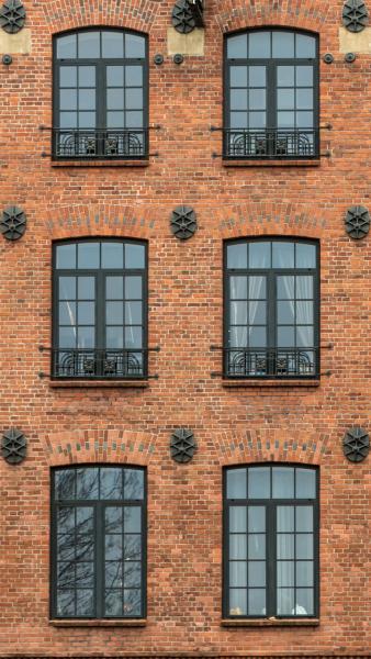 Παράθυρα με Καΐτια σε Πρόσοψη Εργοστασίου