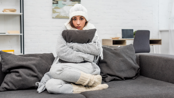 Γυναίκα στον Καναπέ της είναι Βαριά Ντυμένη και Κρυώνει